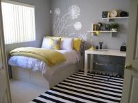 Não gosto dos adesivos, mas a ideia de disposição dos móveis ta bem legal nesse quarto!