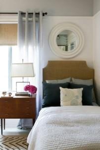 Linda essa cômodinha do lado da cama, deu um ar tão delicado ao ambiente, não acham?