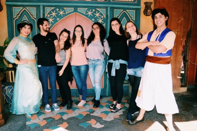 Señoritas fazendo aquela média com os donos da empresa The Magic Carpets of Aladdin